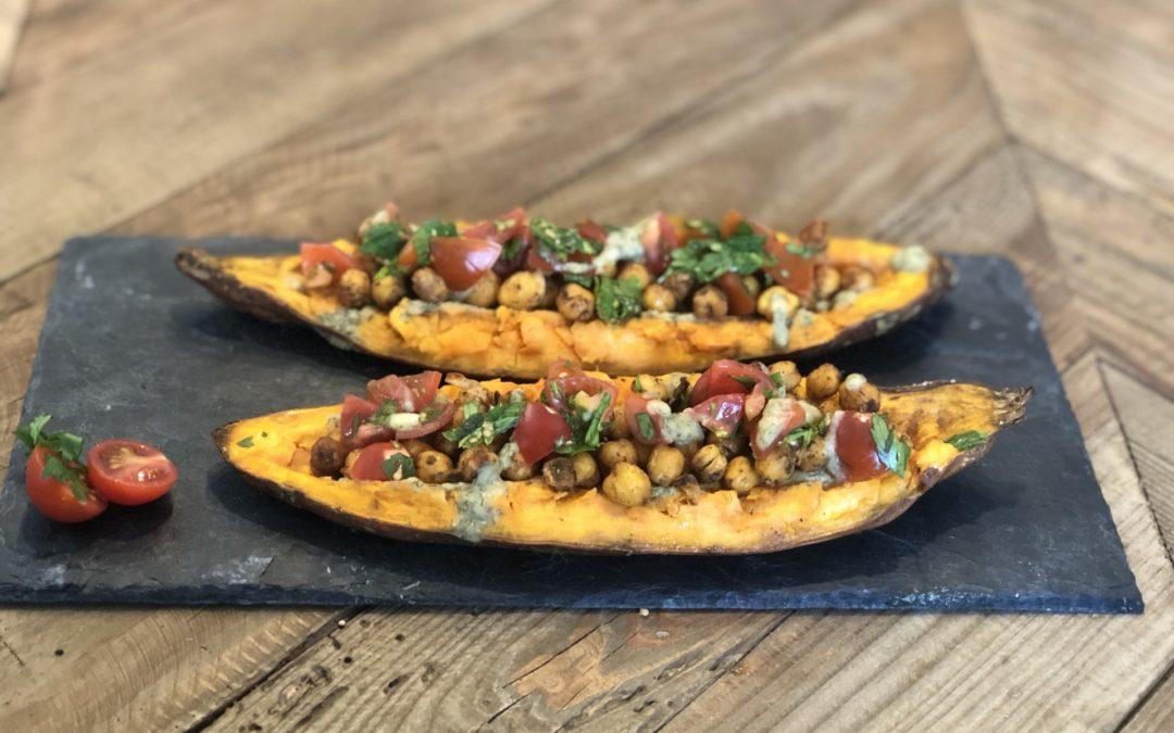 Batata rellena con salsa de hummus, ajo y hierbas // Stuffed Sweet Potato with Hummus Garlic and Herb sauce